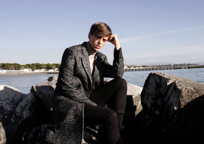 georgmallner_look_outfit_style_menswear_mensstyle_wovencoat_blackandwhite_editorial_camel_turtleneck_knitwear_weekday_zara_hm_pants_italy_shooting_